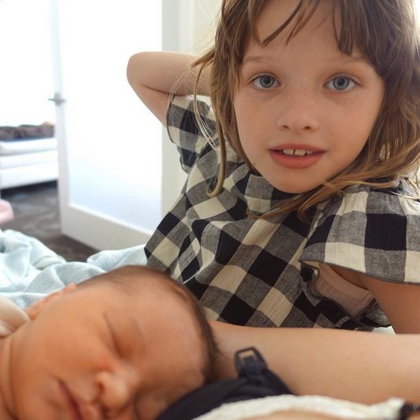Новорожденная со старшей сестрой Эвер Габо