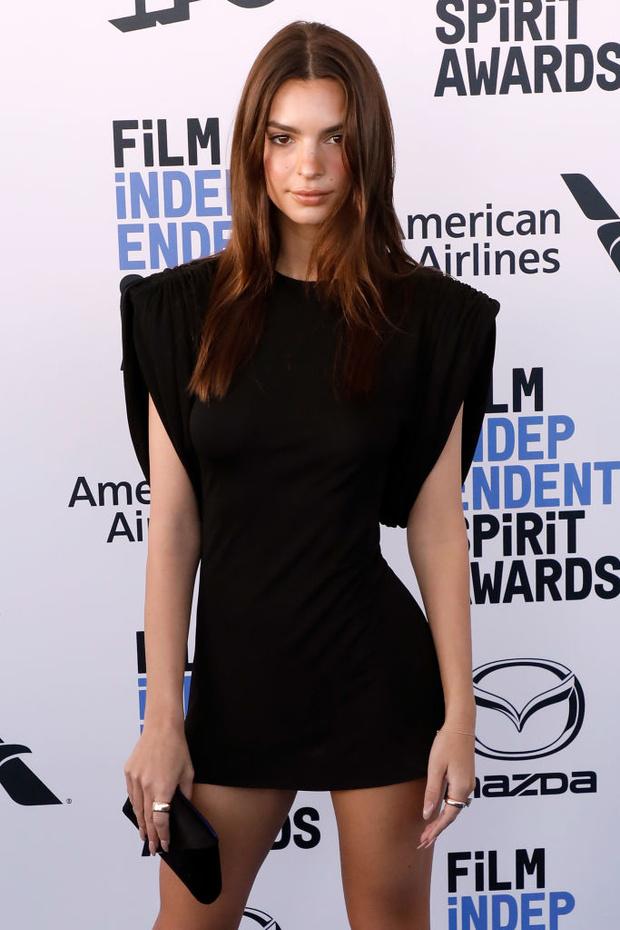 В маленьком черном платье, но практически обнаженная — Эмили Ратаковски (фото 4)
