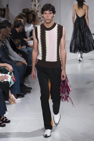 Показ Calvin Klein коллекции сезона Весна-лето 2018 года Prêt-à-porter - www.elle.ru - Подиум - фото 625381