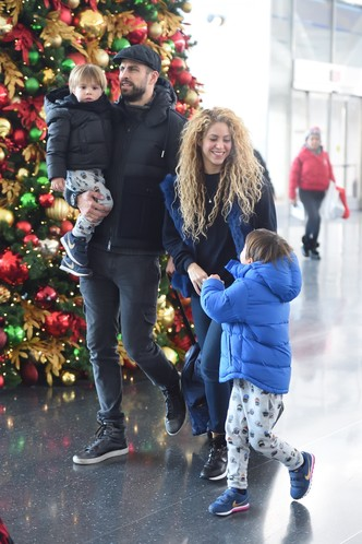 Фото дня: первый выход Шакиры и Жерара Пике с детьми за долгое время (фото 1)