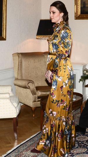 Кейт Миддлтон в атласном платье Erdem на ужине с королевской семьей Швеции (фото 1)