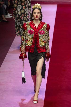 Показ Dolce & Gabbana коллекции сезона Весна-лето 2018 года Prêt-à-porter - www.elle.ru - Подиум - фото 640551