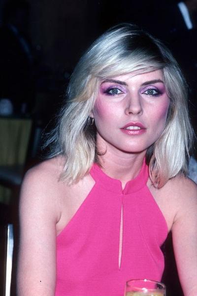 1982 год. Розовое на розовом — тени, румяна, помады. Особый писк — характерный фиолетовый оттенок.