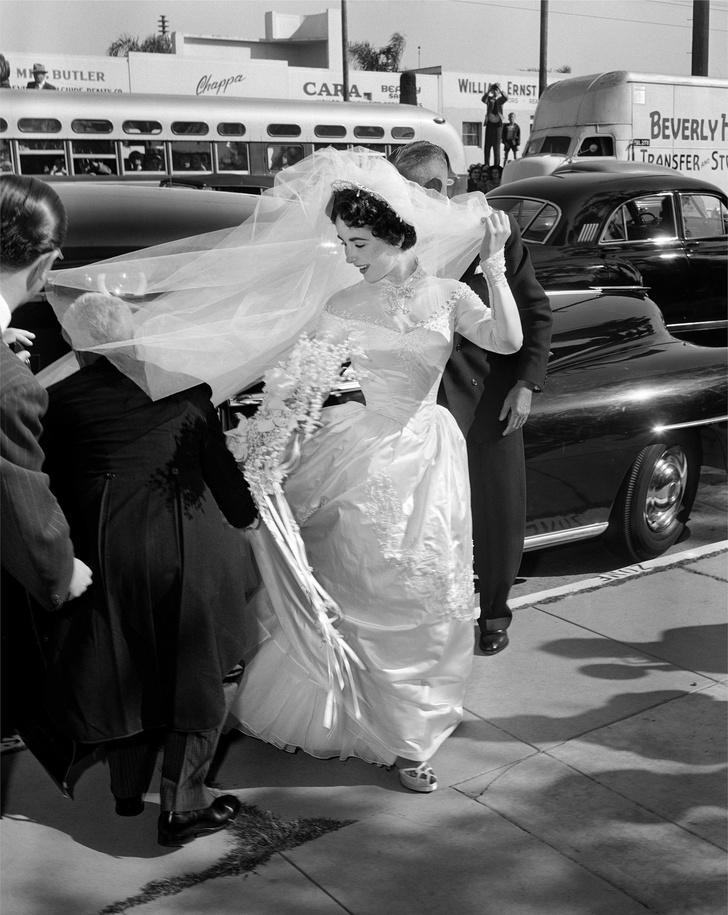 О них мечтали все: свадебные платья звезд, которые поступили в продажу после торжества (фото 5)