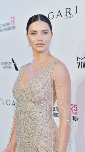 Призрачная нить: самые откровенные платья звезд на вечеринке после «Оскара» (фото 4.2)
