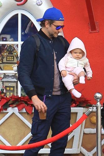 Семейные выходные: Ирина Шейк и Брэдли Купер на прогулке с дочерью (фото 3)