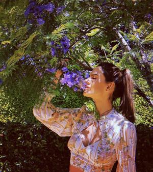 Цветочное платье – главная инвестиция в летний гардероб: доказывает Алессандра Амбросио (фото 1.2)
