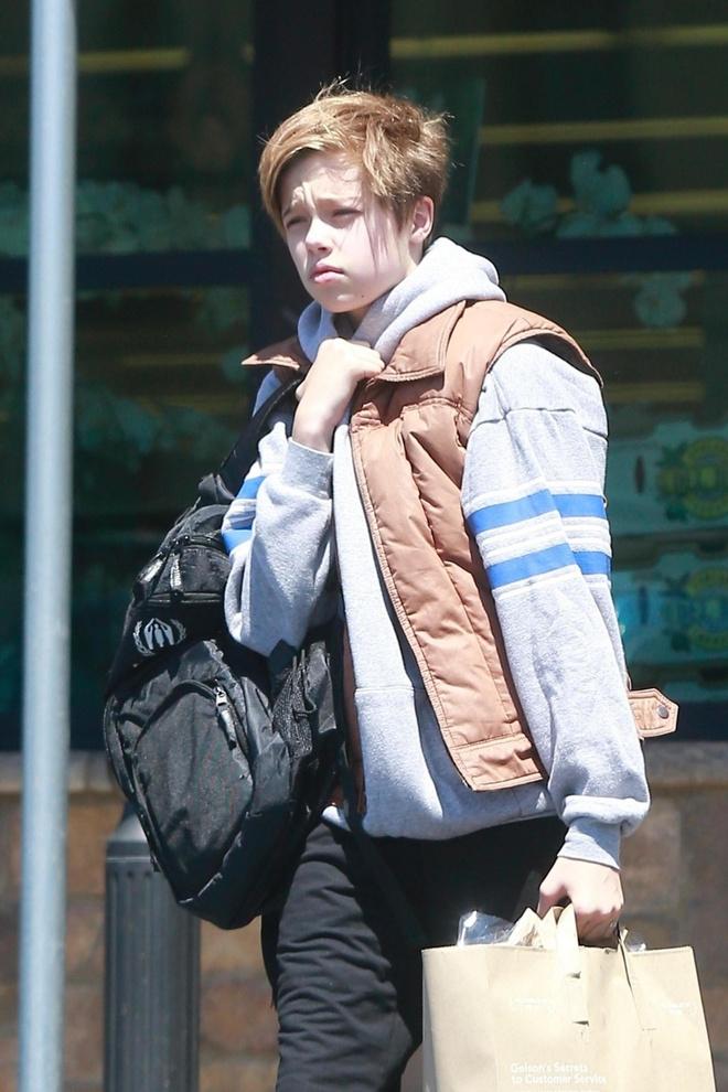 На маму или на папу? Шайло Джоли-Питт на прогулке в Лос-Анджелесе (фото 2)