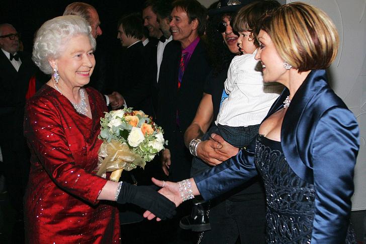 Что звезды надевали на встречу с королевой Елизаветой II? (фото 28)