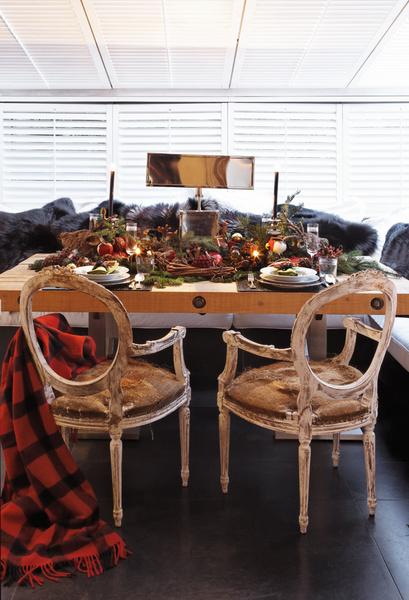 Дубовый стол, спроектированный братьями Кейтен, изготовлен под заказ в Италии, а винтажные кресла куплены в Милане