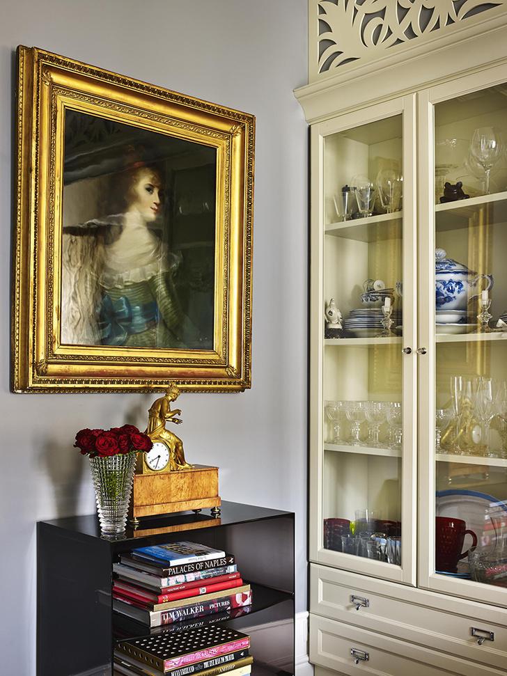 На фото вверху: Со стороны столовой в двусторонних шкафах хранится посуда. Над комодом Ghost Buster, Kartell – пастельный портрет неизвестной, подарок друзей