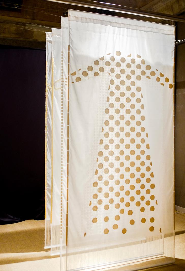 Выставка SO 820 C24/From a white silk yarn, шоу-рум Rubelli в Милане. Работа Khandi дизайнера Анны Канделу.