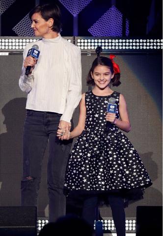 11-летняя дочь Тома Круза впервые вышла на сцену (фото 1)