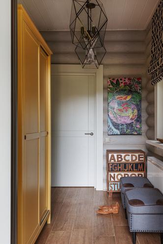 Пуфы, ИКЕА, дополнены кожаной отделкой и обивкой декоративными гвоздиками. Римская штора, Jim Thompson.