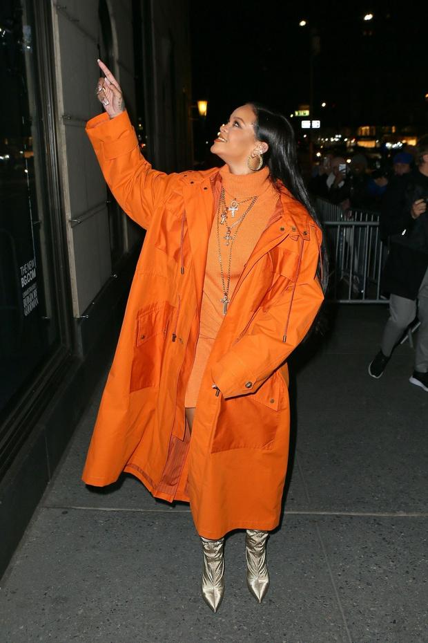 Как сочетать оранжевый с золотым? Смело демонстрирует Рианна (фото 3)