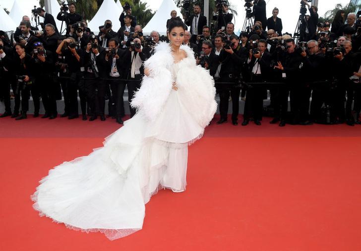 Белый лебедь: Айшвария Рай в платье Ashi Studio (фото 1)