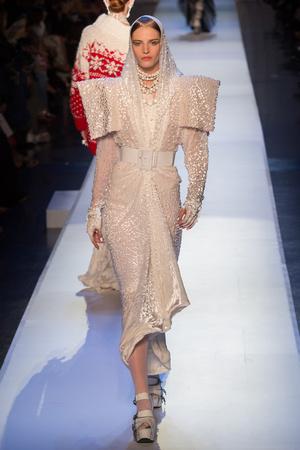 Показ Jean Paul Gaultier коллекции сезона Осень-зима 2017-2018 года Haute couture - www.elle.ru - Подиум - фото 624360