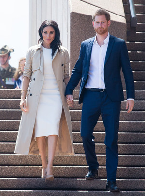 Белое платье и бежевое пальто: Меган Маркл и принц Гарри в Австралии (фото 8.1)