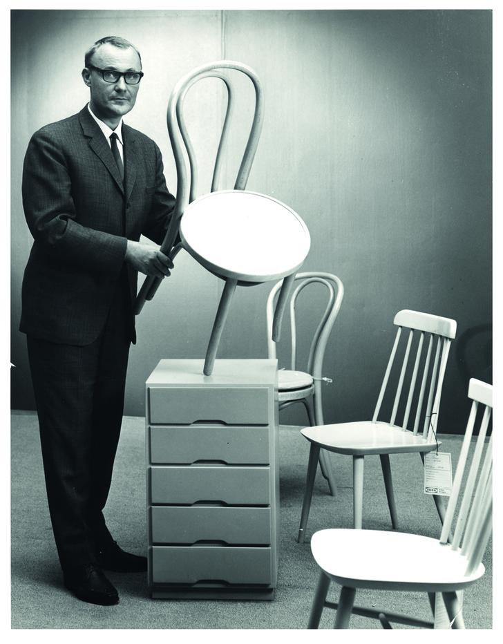 Ингвар Кампрад со стульями ИКЕА