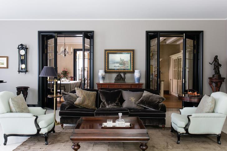 Гостиная. Диван, кресла, столики, консоль, все — Ralph Lauren Home. Торшер, Besselink & Jones. Двери изготовлены по эскизам архитекторов. Ковер, Ivano Redaelli.
