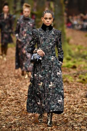 Показ Chanel коллекции сезона осень-зима  2018-2019 года Prêt-à-porter - www.elle.ru - Подиум - фото 716081