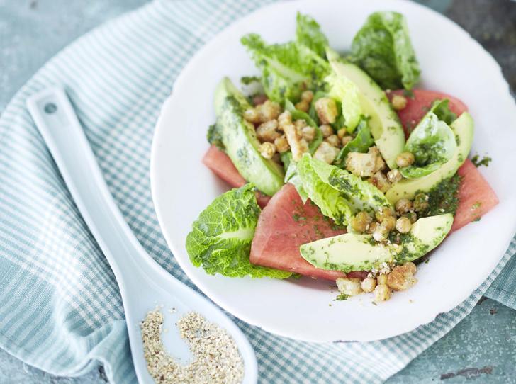 Салат из арбуза с авокадо и нутом