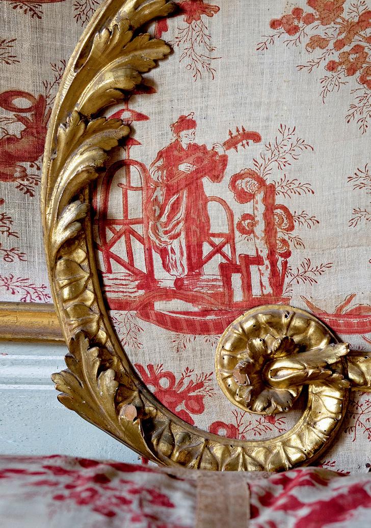 Фрагмент изголовья легендарной кровати, на которой спал папа римский. Она сделана сиенскими мастерами из позолоченного дерева иобтянута тканью жуи с модным в XVIIIвеке узором встиле шинуазри.