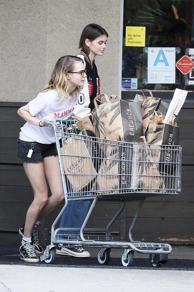 Резиновые перчатки + микро-шорты: в чем Кайя Гербер и Кара Делевинь вместе ходят за покупками (фото 1)