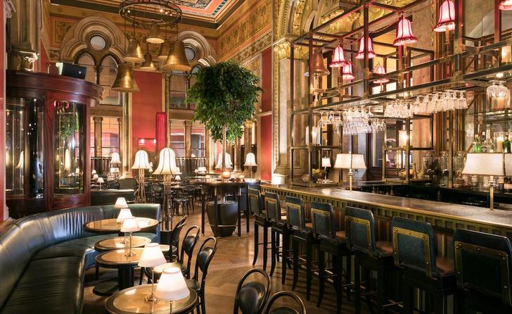 Викторианский бар в историческом лондонском отеле (фото 2)