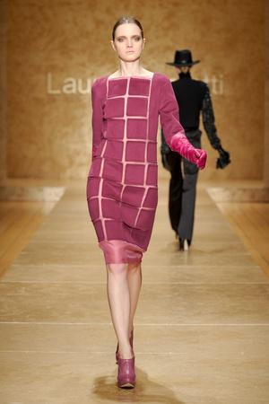Показы мод Laura Biagiotti Осень-зима 2011-2012 | Подиум на ELLE - Подиум - фото 2210