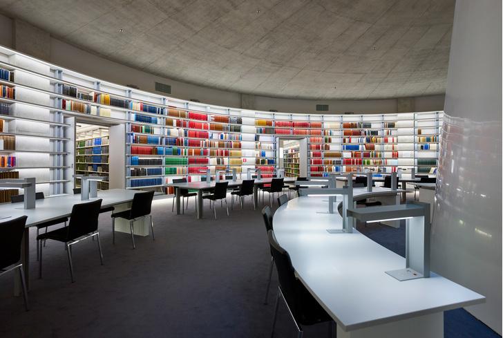 Яркая библиотека по проекту Жана Нувеля (фото 6)