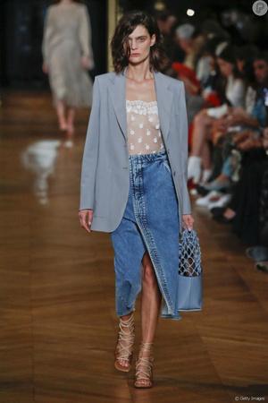 Всего одна юбку на весну — джинсовая миди, как носили наши мамы (фото 1.2)