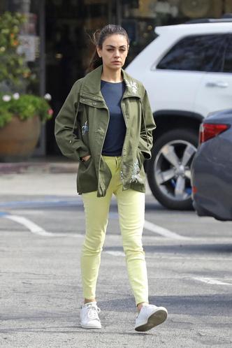 Нежно-лимонные джинсы и ветровка в оттенке хакки: (фото 0.1)