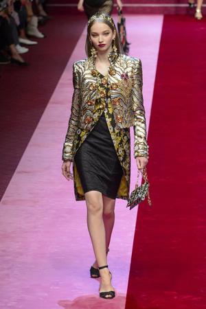 Показ Dolce & Gabbana коллекции сезона Весна-лето 2018 года Prêt-à-porter - www.elle.ru - Подиум - фото 640581