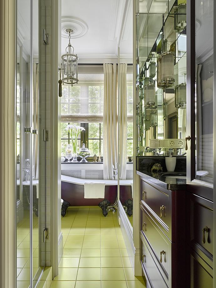 Несмотря на небольшой размер ванной комнаты, в ней удалось разместить и ванну, и душевую кабину.