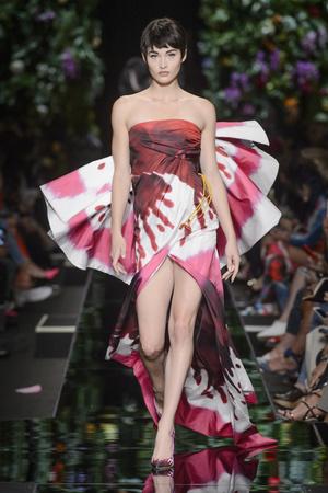 Показ Moschino коллекции сезона Весна-лето 2018 года Prêt-à-porter - www.elle.ru - Подиум - фото 637761