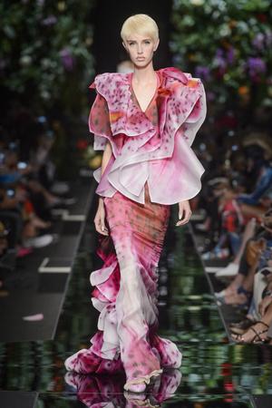 Показ Moschino коллекции сезона Весна-лето 2018 года Prêt-à-porter - www.elle.ru - Подиум - фото 637661