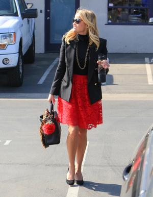 Одна вещь — два образа: любимая красная юбка Риз Уизерспун (фото 1.1)
