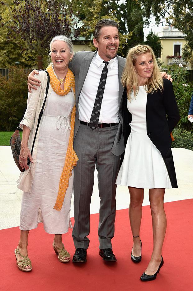 Итан Хоук с мамой и супругой