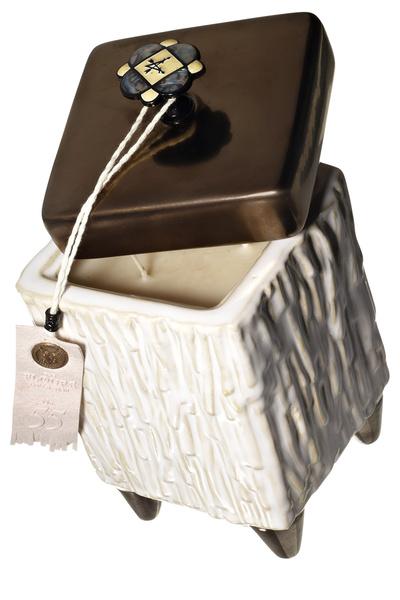 Свеча Rush of Rose (2 600 руб.) из винтажной коллекции американского бренда Votivo обещает гореть 70 часов. А потом керамическую емкость с забавными ножками и мозаичной ручкой буду использовать как шкатулку.