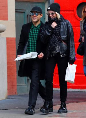Сладкая парочка: Рами Малек и Люси Бойнтон на прогулке (фото 1.1)