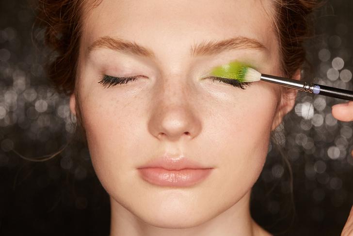 Поэтапная инструкция: 2 новогодних макияжа от визажистов Елены Крыгиной (фото 2)