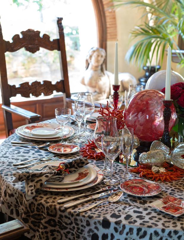 Фрагмент сервировки обеденного стола. Подсвечники с основанием в виде кораллов дизайнер смело сочетает со скатертью и салфетками с леопардовым принтом. Фарфор, стекло, аксессуары, все — Roberto Cavalli Home.