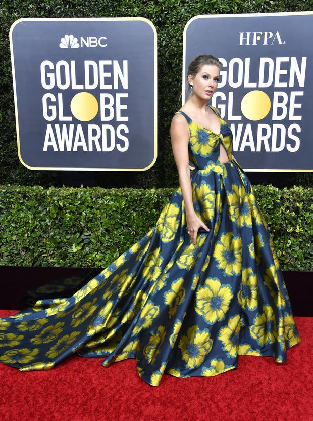 Повторяя триумф Леди Гаги: Тейлор Свифт в платье Etro с двухметровым шлейфом (фото 1)