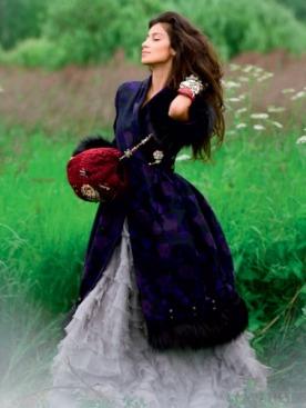 Пальто из шерсти и меха лисы, Dior; платье из шифона и шелка, Valentin Yudashkin; муфта из каракульчи, украшенная вышивкой, пайетками и бисером, Chanel Paris-Moscou; брошь из металла и стразов, Vintage; браслет из кожи и металла, Soul Fetish; браслет из металла и искусственных камней, Erickson Beamon; браслет из металла и искусственных камней, Alexis Bittar