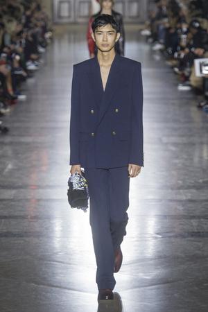 Показ Givenchy коллекции сезона Весна-лето 2018 года Prêt-à-porter - www.elle.ru - Подиум - фото 656651