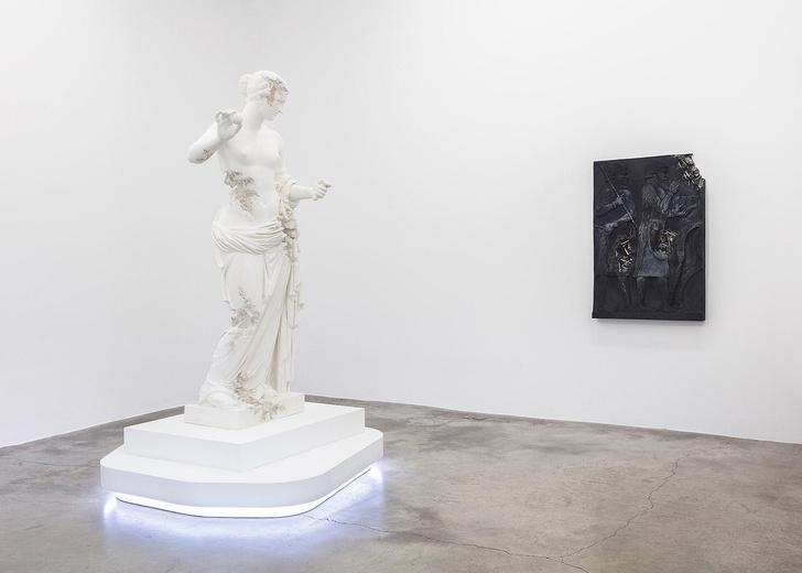 Античные скульптуры на выставке Дэниела Аршама в Париже (фото 6)