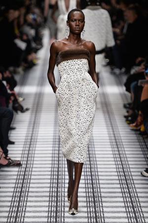 Показы мод Balenciaga Осень-зима 2015-2016 | Подиум на ELLE - Подиум - фото 4294