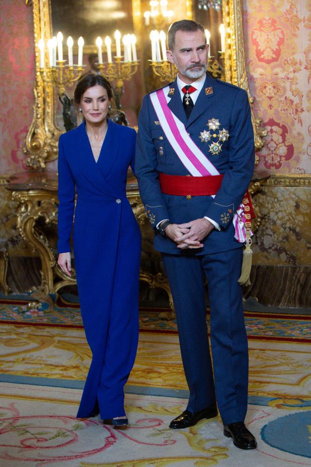 Исключительное синее платье-смокинг: первый выход королевы Летиции 2020 (фото 3)