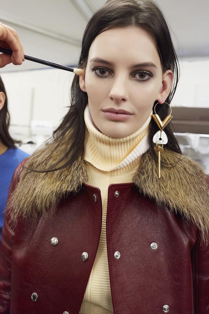 Модель Аманда Мерфи за кулисами показа Louis Vuitton